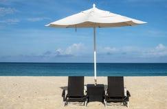 Witte Paraplu's en Zwarte Stoelen op een Caraïbisch Strand royalty-vrije stock fotografie