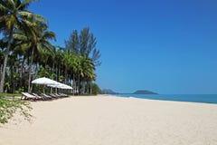 Witte paraplu's op het strand stock fotografie