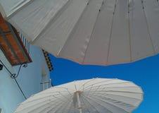 Witte Parasols Royalty-vrije Stock Foto