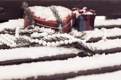 Witte parelhalsband, rode hart gevormde tindoos met een giftdoos a Royalty-vrije Stock Foto