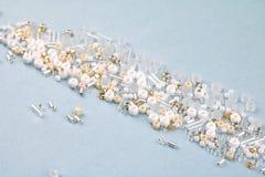 Witte parels in een stapel, blauwe oppervlakte royalty-vrije stock foto's