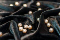 Witte parels op fluweel Royalty-vrije Stock Afbeelding
