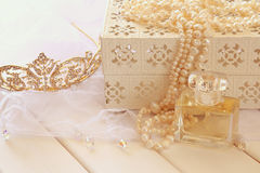 Witte parelshalsband, diamanttiara en parfumfles Royalty-vrije Stock Fotografie