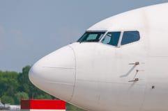 Witte passagiersluchtvaartlijn cocpit met vensters, mening royalty-vrije stock foto's