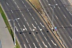Witte pijlen bij het drijven van stegen op lege weg, autonome technologie stock afbeeldingen