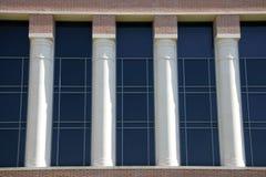 Witte Pijlers en Blauwe Vensters Stock Foto's