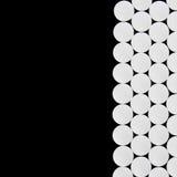 Witte pillen op zwarte Stock Foto's