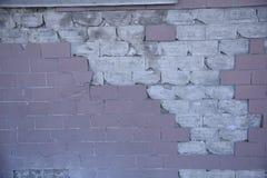 Witte pinck gebroken bakstenen muur stock fotografie