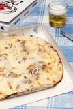 Witte pizpizza met tonijn, uien en mozarella Stock Fotografie