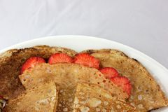 Witte plaat en uiterst kleine pannekoeken met aardbeien Royalty-vrije Stock Fotografie