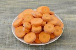Witte plaat met beste voedsel voor ogen smakelijke rijpe wortelen Royalty-vrije Stock Afbeeldingen