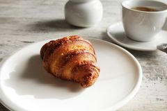 Witte plaat met croissant met kop van verse zwarte koffie Stock Afbeeldingen