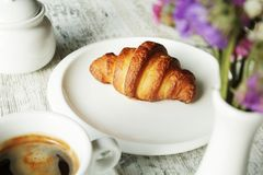 Witte plaat met croissant met kop van verse zwarte koffie Royalty-vrije Stock Foto