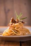 Witte plaat met gedeelte van spaghetti met gehakt Stock Afbeelding