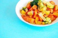 Witte plaat met gemengde groenten op blauwe lijst Stock Afbeeldingen