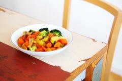 Witte plaat met gemengde groenten op houten lijst Royalty-vrije Stock Foto's