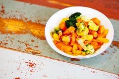 Witte plaat met gemengde groenten op houten lijst Stock Fotografie