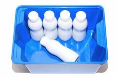 Witte plastic flessen in blauwe doos Stock Foto's