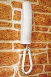 witte plastic huisintercom op de bakstenen muur stock fotografie