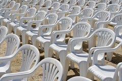 Witte plastic stoelen Royalty-vrije Stock Afbeelding