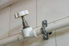 Witte plastic waterpijpen van loodgieterswerksysteem met klep stock afbeeldingen