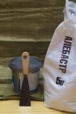 Witte plastic zak van albasten 5 kilogram, plastic emmer met Stock Afbeeldingen