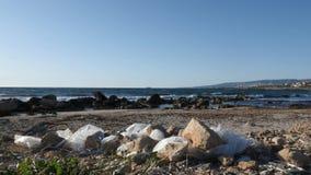 Witte plastic zakken op het zandige strand Het concept van de aardeveiligheid Langzame Motie stock footage