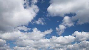 Witte pluizige de cumuluswolken van de tijdtijdspanne stock video
