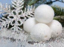Witte pluizige Nieuwjaarballen Stock Foto
