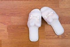 Witte pluizige pantoffels Stock Afbeeldingen