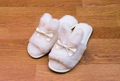 Witte pluizige pantoffels Stock Afbeelding
