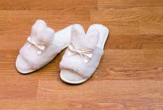 Witte pluizige pantoffels Stock Foto