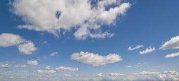 Witte pluizige wolken Stock Afbeelding