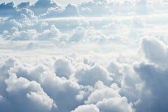 Witte pluizige wolken stock afbeeldingen