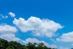 Witte, pluizige wolken in blauwe hemel Stock Afbeeldingen