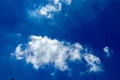 Witte, pluizige wolken in blauwe hemel Royalty-vrije Stock Foto