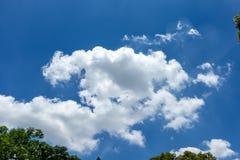Witte, pluizige wolken in blauwe hemel Royalty-vrije Stock Foto's