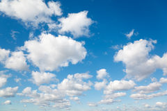 Witte, pluizige wolken in blauwe hemel. royalty-vrije stock afbeeldingen