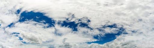 Witte pluizige wolken in de blauwe hemel royalty-vrije stock fotografie