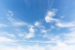 Witte pluizige wolken in de blauwe hemel Stock Foto