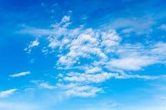 Witte pluizige wolken in de blauwe hemel Stock Foto's