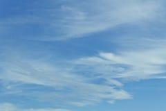 Witte pluizige wolken in de blauwe hemel Stock Afbeeldingen