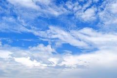 Witte pluizige wolken in de blauwe hemel Royalty-vrije Stock Foto