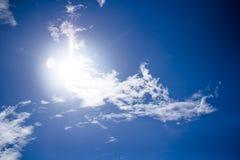 Witte pluizige wolken in de blauwe hemel Stock Afbeelding