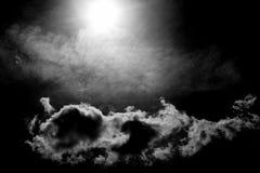 Witte pluizige wolken in de hemel met zonlicht stock fotografie