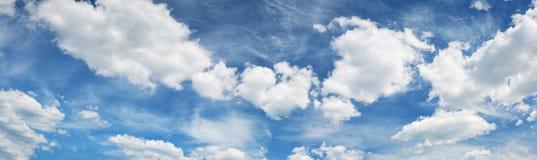Witte pluizige wolken op blauwe hemel in de zomer Royalty-vrije Stock Foto
