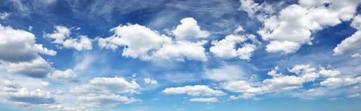 Witte pluizige wolken op blauwe hemel in de zomer Royalty-vrije Stock Foto's