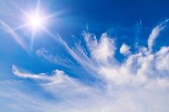 Witte pluizige wolken over blauwe hemel Stock Afbeeldingen