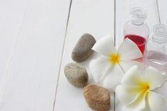 Witte Plumeria wordt geplaatst op witte houten vloer stock foto