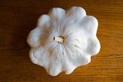 Witte Pompoen Pattypan op Eiken Vloer Stock Fotografie